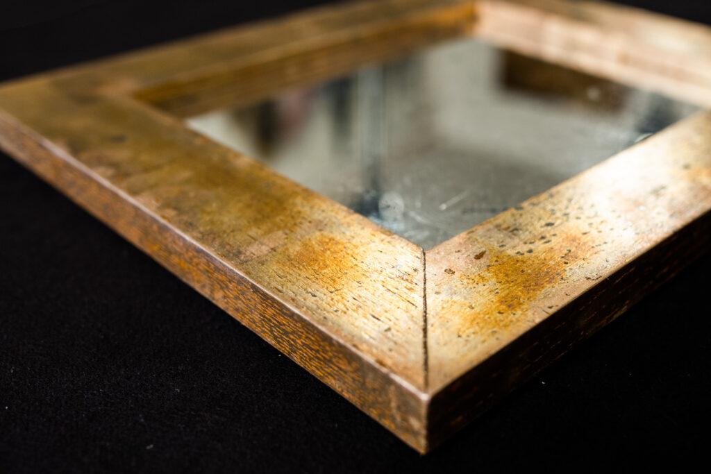 Silberspiegel mit versilbertem Eichenrahmen, oxidiert. Detail